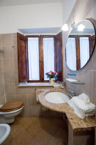 http://www.latorrettabandb.com/bb/wp-content/uploads/2015/11/family-room-bathroom-333x500.jpg