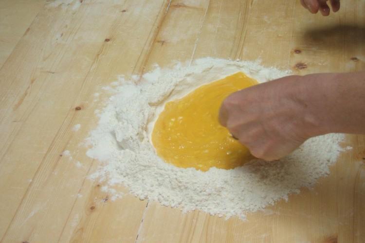 http://www.latorrettabandb.com/bb/wp-content/uploads/2015/11/pasta-making-750x500.jpg