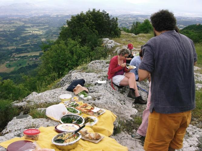 http://www.latorrettabandb.com/bb/wp-content/uploads/2015/11/picnic-on-walk-667x500.jpg