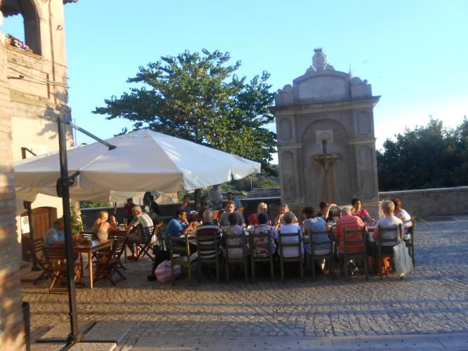 http://www.latorrettabandb.com/bb/wp-content/uploads/2015/12/Casperia-aperitivo-in-piazza-667x500.jpg