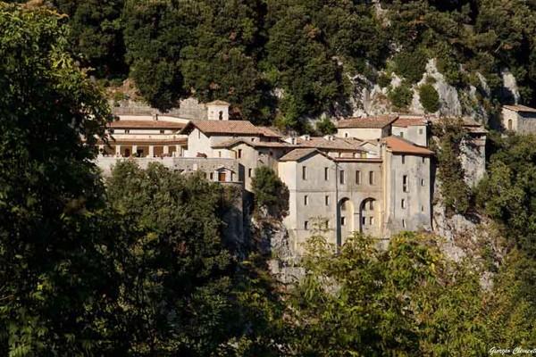 http://www.latorrettabandb.com/bb/wp-content/uploads/2015/12/Greccio-a-Franciscan-shrine1-600x400.jpg