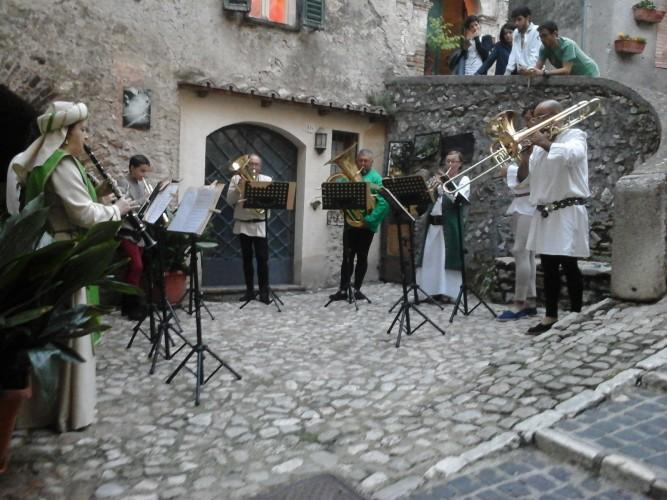 http://www.latorrettabandb.com/bb/wp-content/uploads/2016/01/medieval-music-667x500.jpg